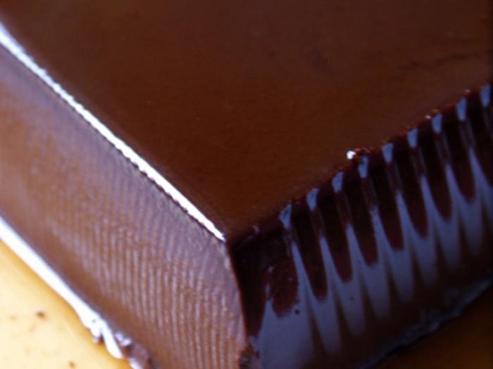 ココアパウダーを加えるだけで、濃厚なチョコレートのような口当たりのパンナコッタが出来上がります。チョコレート好きにはたまりませんね。