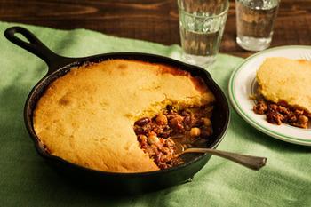 人気のスキレットを使用したキャセロール。チリビーンズにコーンブレッド生地をかぶせて、オーブンでこんがりと焼き上げています。コーンと豆の風味は相性抜群で、いかにもアメリカン!