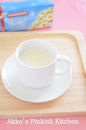 リラックス効果が期待できるカモミールハーブティー。そのままで飲んでももちろん美味しいですが、ハーブティーを飲み慣れない方や、ちょっと苦手…という方は、ホットミルクで作ってみるのがおすすめです。お腹の中からやさしくぽかぽかに♪  ※妊娠中、授乳中の方はカモミールの使用をお控えください。