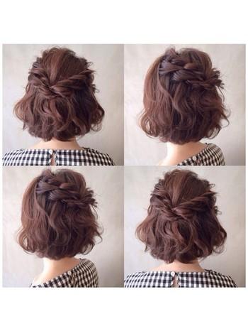 ふんわりと巻いてからサイドの髪を編み込みにして、中央でピンで留めるだけ。ウェーブのふんわりとした立体感と編み込みで愛されヘアに♪