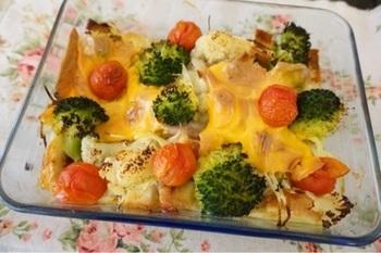 固ゆでした野菜やサイコロに切ったパンに、豆乳を使ったヘルシーな卵液を流し入れてオーブン焼きに。とても栄養バランスの取れたキャセロールですね。