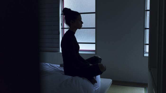 香りで気分や空間が満たされたら、いよいよ眠りへの儀式へ…。ベッドの上でできるヨガやアプリ、音楽を使った瞑想で、心と身体を整えていきましょう。