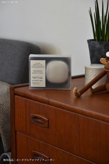 こちらは充電式の「ポータブルアロマディフューザー」。持ち運びができるので、ベッドサイドにコンセントが無い時や、旅先へ持って行くのにも便利です。旅先こそ、いつもと違う環境に眠れなくなったりしますから…。