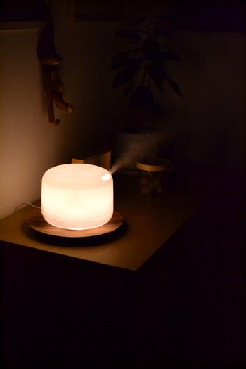 火を使わないアロマディフューザーを使って、香りで部屋を満たすのもおすすめ。ミストの潤いや、ぽわんとした灯りにも癒されますね。