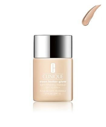 セミマットな質感の肌を作り上げるためのファンデーション選びも重要です。パウダーファンデーションだと肌が粉っぽくなってしまうので、素肌に近い潤いのある肌にするにはリキッドファンデーションやクリーミーファンデーションがおススメです。 特にリキッドファンデーションは顔全体への伸びが良いのでムラができにくく、何よりカバー力が高いので肌のくすみや毛穴をカバーしナチュラルな陶器肌に仕上がります。
