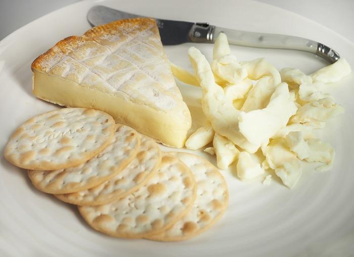 【材料(12人分)】 ・ブロッコリーの頭の部分約1362g ・チーズ(レシピではベルビータチーズを使用。なければチェダーチーズで代用)約908g ・牛乳1/2カップ ・(純)生クリーム1/4カップ ・塩・黒こしょう少々 ・カイエンペッパー小さじ1/4 ・マスタード大さじ1(お好みで) ・リッツクラッカー3包