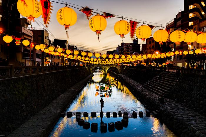 長崎ランタンフェスティバルは、中央公園会場や新地中華街など7つの会場で開催されています。夜になると長崎の街は、幻想的な世界へと変わり、美しい光を放つランタンに多くの人々が魅せられます。