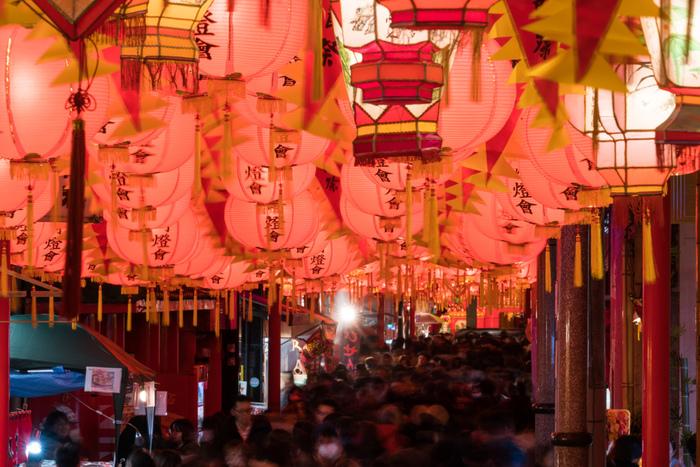 長崎ランタンフェスティバルのメイン会場の「新地中華街会場」。中華街には提灯型のランタンがたくさん吊られ、幻想的な光を放ちます。新地中華街会場は、中華街の他に湊公園や銅座川など見応えのあるスポットばかり♪