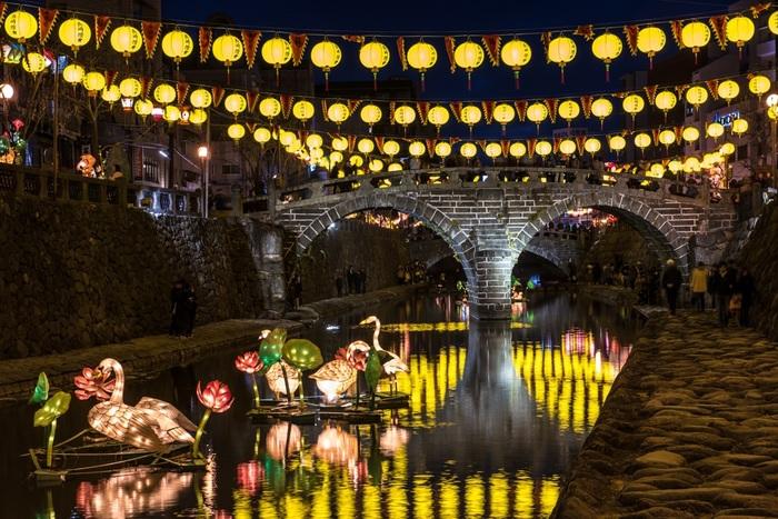 中島川公園会場にある眼鏡橋の上には、黄色いランタンが!川面にランタンの灯りが反射し、美しい風景を作りだしています。黄色に染まった中島川には、白鳥や蓮の花も浮かんでいます♪