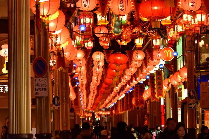 長崎市では有名なショッピングスポット・浜町アーケードを中心とした「浜んまち会場」。赤のランタンが連なり、アーケードが赤い灯りに包まれています。ファッションからグルメまで揃っているので、ランタンを眺めつつショッピングも楽しめますよ♪
