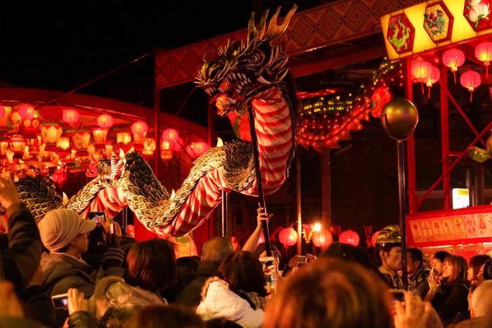 約20mの龍が舞い踊る「龍踊り」は、ランタンフェスティバルの見どころのひとつ。中国の雨乞い神事に始まったといわれており、長崎の郷土芸能として知られています。まるで本当に生きているかのような表情やダイナミックな動きに圧倒されます。新地中華街会場や中央公園会場などで、期間中は毎日公演しています。
