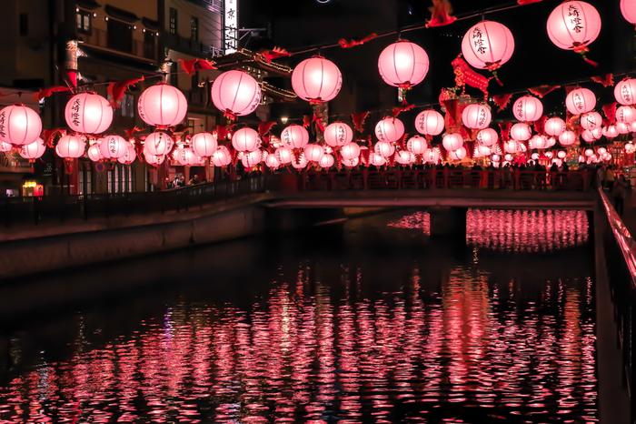 銅座川には桃色のランタンが灯り、川がふんわりとピンク色に染まっています♪