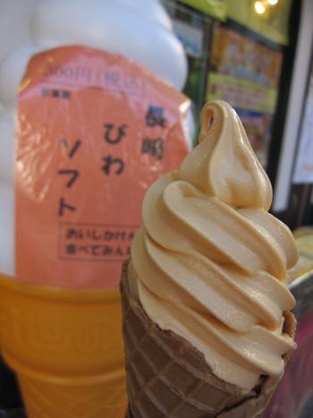角煮まんなど、いろんな食べ歩きを楽しんだらソフトクリームはいかが?双葉屋の「びわソフト」は、フルーティーで優しい甘さが嬉しい♪