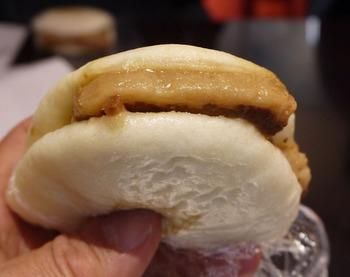 長崎土産の定番である岩崎本舗「角煮まんじゅう」。ふわふわの生地に濃厚な角煮を挟んだ、熱々の角煮まんじゅうはとろける美味しさです♪