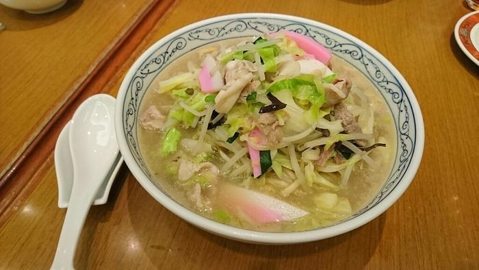 京華園のちゃんぽんは、写真からも分かる通り野菜たっぷりなのが特徴。豚肉や野菜の旨味たっぷりのスープはあっさり上品な味わいで、麺は太麺で食べ応えも◎