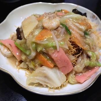皿うどんは蘇州林特製の極細麺が特徴。カリカリの極細麺に具材たっぷりの餡がよく絡まって絶品です!