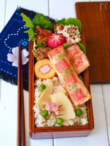 カニカマと枝豆が彩りが綺麗!トーストで揚げ焼きにするので、朝でも調理楽々な春巻きレシピです。中には豆腐とはんぺんが入っていて、見た目以上に満足度の高いおかずに。