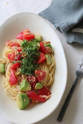 具材を切って和えるだけ。トマトとアボカドの色合いが綺麗な、和風味のパスタレシピ。味付けは白だしや柚子胡椒で、さっぱりとした和風ドレッシング風。