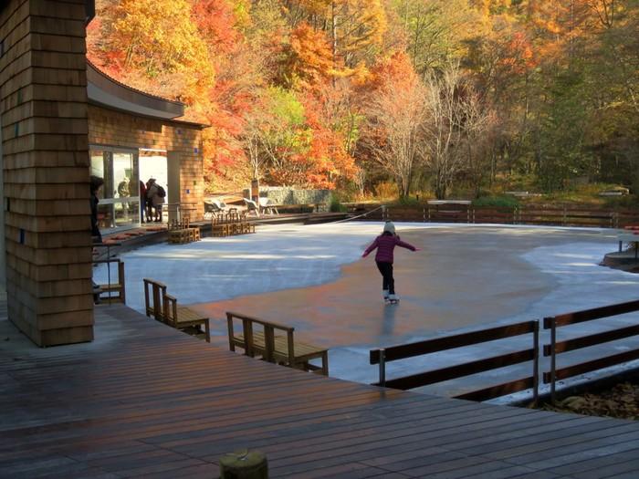 こちらは、軽井沢らしい自然の中でアイススケートを楽しめる「ケラ池スケートリンク」です。