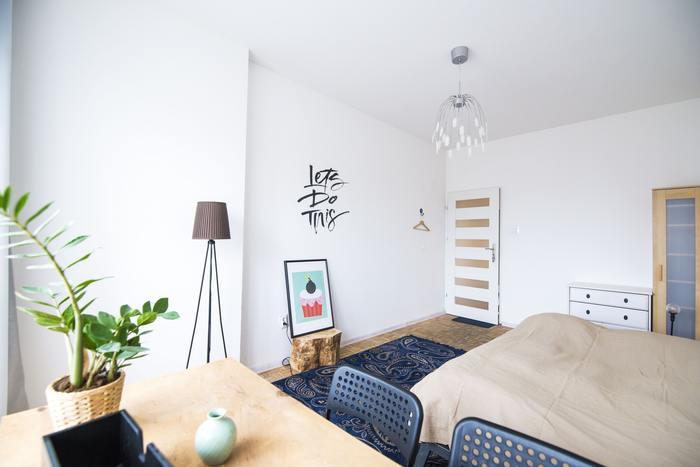 ベースカラーは壁のホワイトと床のナチュラル。メインカラーはテーブルとベッドカバーのナチュラル、ラグとチェアのネイビーの2色。アクセントカラーは小物やポスターのペールグリーンとブラック。アクセントカラーに明るいカラーと締め色を入れ、平凡過ぎず抜け感のあるお部屋に。