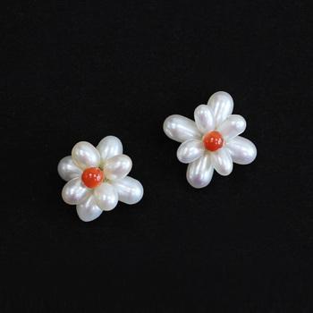 40年以上ジュエリーを作り続けているメーカー「inoue(イノウエ)」の、パールと珊瑚を組み合わせた花の形をしたピアスです。