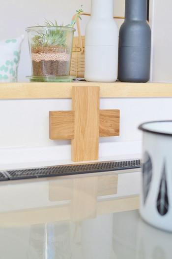 使わない時はキッチンに立てかけて置いても、インテリアを壊さないおしゃれな雰囲気。紐やフックを付けるなどして、あえて見えるところにひっかける収納もおすすめです♪