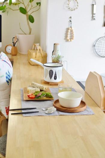 北欧の雰囲気を感じさせるクロスの形をした鍋敷きは、ダイニングテーブルなどに出してそのまま使ってもおしゃれなアイテムです。