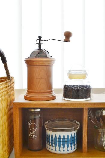 コーヒーミルやコーヒー豆も、デザイン性の高いものを選んだり、おしゃれな容器に入れ替えることで、インテリアグッズとして扱うことができます。毎日使うものだからこそ仕舞い込みたくないものは、おしゃれに飾ることを考えてみましょう。