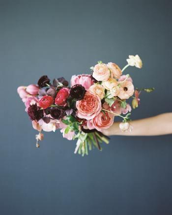 バラの鮮やかな色味を残すならシリカゲルを使ってドライフラワーにしましょう。バラは花びらが落ちやすいので、スプレーバラなど小さなもの、さらに蕾の状態のものをドライフラワーにします。