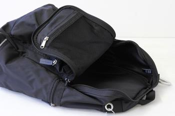 開口部は広く、内ポケットも充実。小さな物もバッグの中で迷子になりません。何かと持ち物がが多いママには頼りがいがあります。