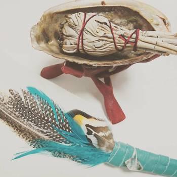 画像上から貝、バンドル、スマッジング専用の羽根。