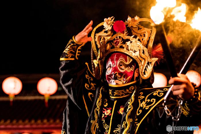 中国の伝統芸能「中国変面ショー」もランタンフェスティバルで毎日見ることができます。変面師の仮面が次々と変わる、門外不出といわれる技にただただ圧倒されます。孔子廟をバックに行なわれることもあり、まるで中国にいるような雰囲気に♪