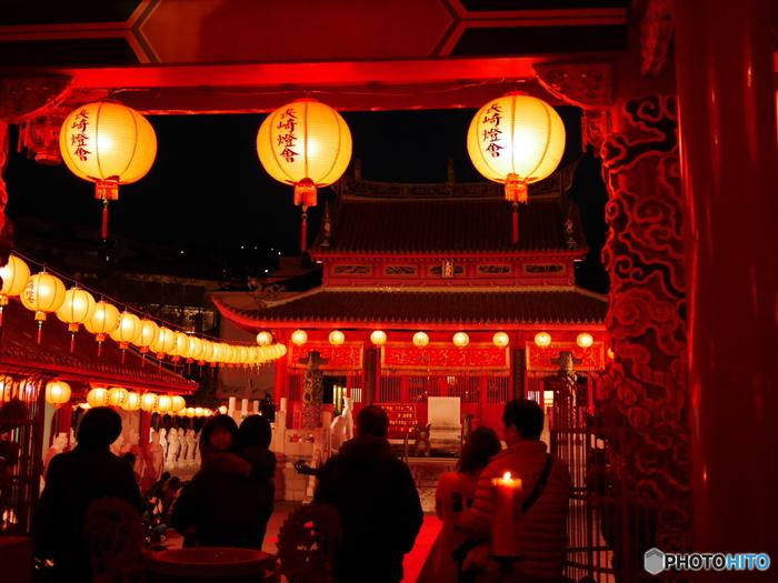 新地中華街会場から徒歩10分の場所にある「孔子廟会場」。孔子廟とずらりと並ぶ石像が赤いランタンの灯りに照らされ、まるで異国へと来たかのような感覚になるほど独特な雰囲気が漂っています。ランタンフェスティバルでしか見ることのできない、ランタンに照らされる孔子廟は必見です!