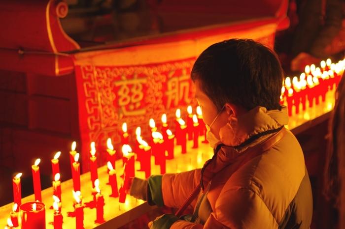 御堂にはたくさんの赤いロウソクが灯り、厳かな雰囲気が漂っています。参加受付は「土神堂」、参加費は500円で賞品ももらえます。昼も受け付けていますが、御堂がライトアップされる夜がおすすめです♪赤いロウソクに火を灯して、願い事をしてみませんか?