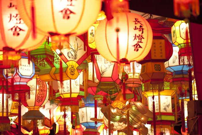 長崎の冬を美しく彩る『長崎ランタンフェスティバル』が今年も開催されます!長崎新地中華街の人々が中国の旧正月を祝うお祭り「春節祭」を行っていたことが始まりで、現在では長崎を代表するお祭りとなりました。約1万5000個の色鮮やかなランタンが長崎の街を明るく幻想的に照らします。