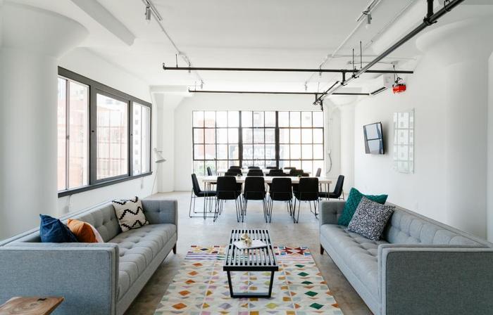多色使いの例です。ベースカラーは壁・天井・床のホワイトのみ。メインカラーはソファのライトグレー、チェアとソファテーブルのブラック、ダイニングテーブルとラグのホワイトの2色、アクセントカラーはラグの模様に使われているカラーをうまく展開されています。カラフルですが、アクセントカラーの比率は抑えられているのでおしゃれにまとまっています。