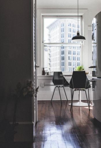 狭いお部屋でインテリアが多くベースカラーを7割確保するのがむずかしい場合は、カーテンやラグなど次にご紹介するメインカラーをベースカラーと同色にすると良いでしょう。