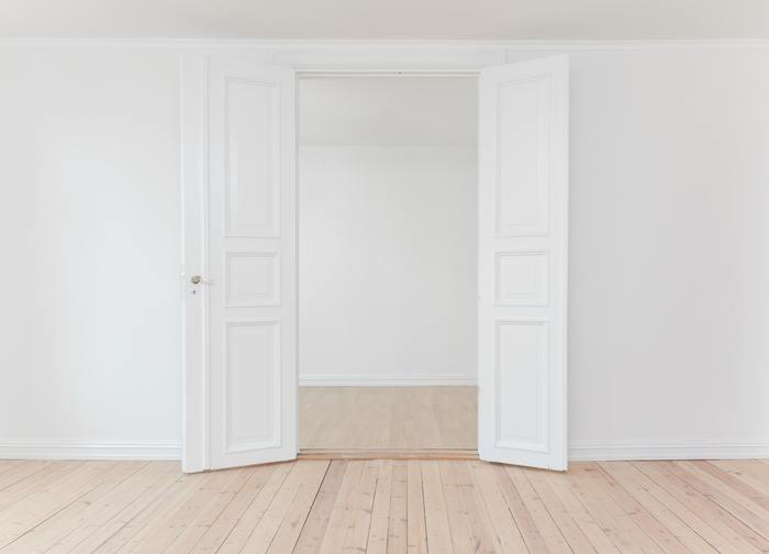 空っぽのお部屋をイメージしてみてください。大きくて広い壁面や天井に床。お部屋を構成するこれらの内装の色味こそがベースカラーとなります。お部屋によって違いますが、多くは白い壁に白い天井か木製の天井、床のフローリングは明るめのナチュラルから濃いブラウンが一般的ではないでしょうか。