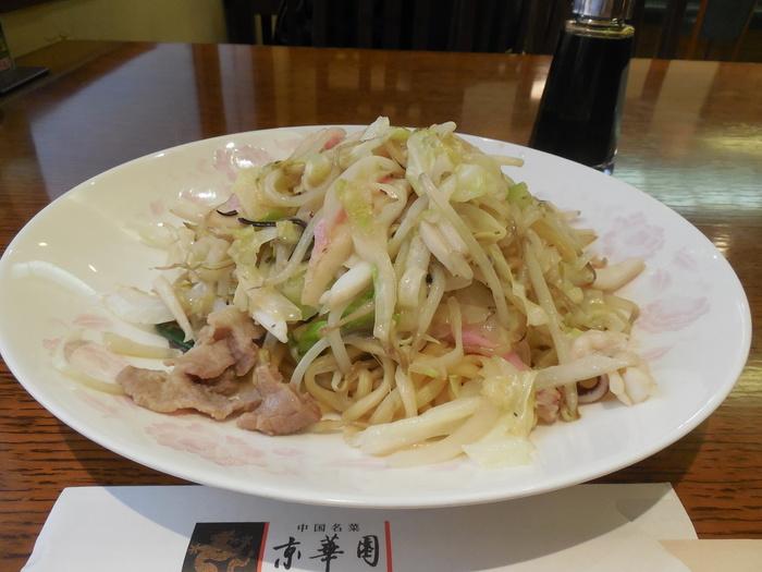 長崎の皿うどんといったら細麺ですが、京華園では太麺も人気!餡がかかっているタイプではなく、具材と麺を一緒に炒めるタイプの皿うどん。もっちりとした太麺は少し揚げているので、香ばしさも感じられます。途中でソースをかけて食べると美味しいですよ♪