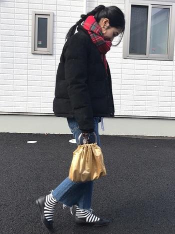 ブラックパンプス×ボーダー靴下もインパクト大!ボーダーの靴下はよく見かける何気ない柄ですが、パンプスと合わせるとおしゃれコーデに一役買ってくれます。