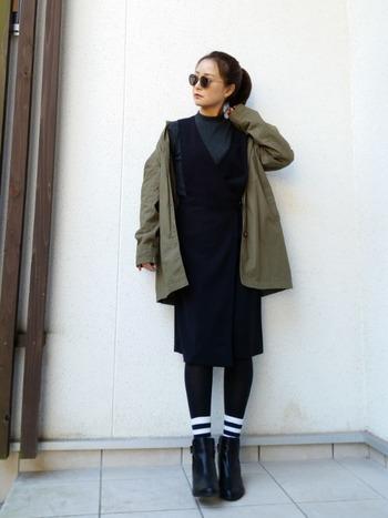 ショートブーツもレッグウェアで色々な印象チェンジが叶う、冬の頼れるファッションアイテム。ラインソックスはスポーティーな印象ですが、大人のカジュアルスタイルにもぴったり。ブラックタイツ×ブラックブーツで一見単調になりそうなコーデが足元に視線が集まるおしゃれコーデに早変わり!