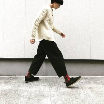 レッドチェックの冬らしい柄の靴下をモノトーンコーデに合わせると主役級アイテムになりますね。靴下は面積も少ないので、いろんなデザインや柄にも挑戦しやすいですね♪
