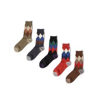 皆さんはどんな靴下をお持ちですが?スニーカーソックスやアンクル丈ソックス、ニーハイソックスなど長さや素材、デザイン等色々ですが普段何気なくシンプルなものを履いてしまう方も多いのではないでしょか。