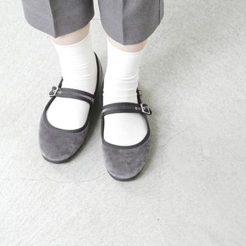 ストラップつきの優等生風のバレーパンプスには清楚な白ソックスがぴったり。靴下の基本とも言える白の無地ソックスは使いまわしやすさNo.1ですね。