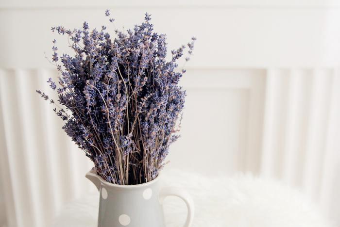 ラベンダーはハンギング法がおすすめ。乾燥してもなお良い香りで楽しませてくれます。バラ同様、花が咲ききらないものを使うと良いでしょう。