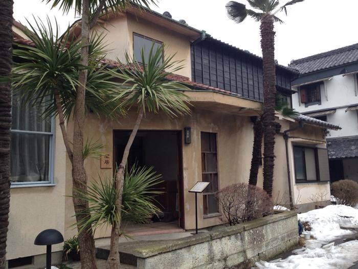 行田市初代市長・奥貫賢一氏の邸宅を借りて改装した「カフェ閑居」は、昭和初期の和洋折衷の建築です。「閑居」とは、世事に煩わされず、自分のしたい事をしてのんびりと暮らすことを意味します。53歳の若さで市長の職を辞し、私塾で後進の指導にあたった奥貫賢一氏の生き方そのものですね。