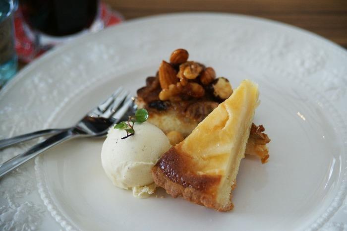 オリジナルのケーキはどれも美味しく、他の種類のケーキとハーフ&ハーフにも出来てバニラアイス付きは嬉しいですね。こちらは、チーズタルトとバナナキャラメルナッツタルトのハーフ&ハーフ。