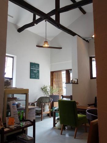 真っ白な壁に、味のあるダークブラウンの梁がアクセント。おしゃれでありながら寛げる空間は、ついつい長居してしまいそう♪