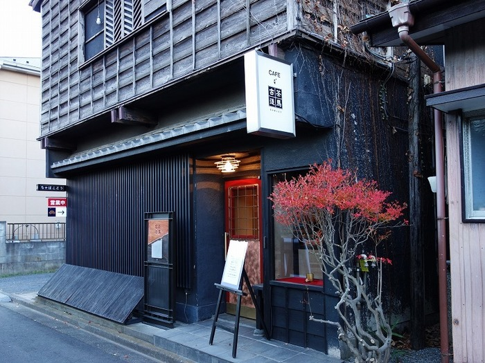 古い建物をリノベーションした「茶馬古道」は、京都の町家を思わせるきりりとした佇まいが印象的です。