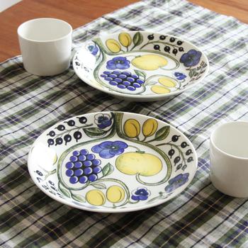 シンプルで素朴なパンケーキは、どんなお皿にも似合いますが、こんな鮮やかな柄物プレートはいかがでしょう?パンジーの花やカシスなどの瑞々しい果物が描かれた「Paratiisi(パラティッシ)」」は、フィンランドの食器メーカーARABIA(アラビア)の定番人気商品です。